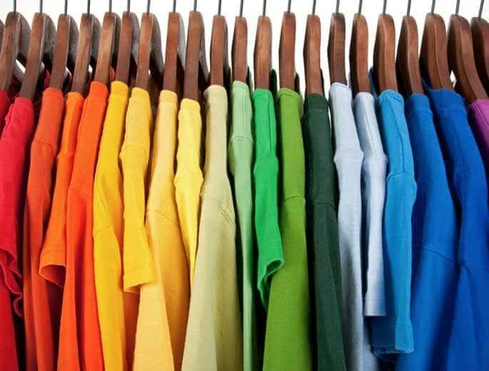 Kleiderfarben Kleiderstange