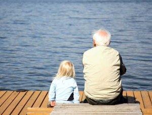 Opa und Enkel auf Bootssteg