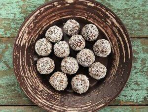 Raw Energy Balls mit Kakao und Kokosflocken