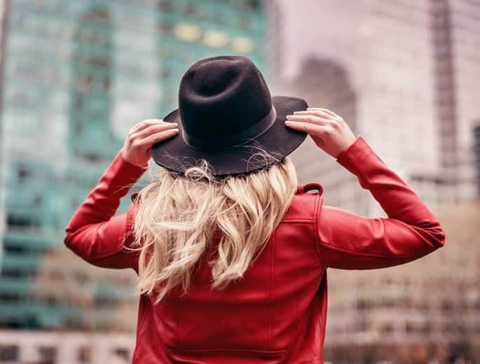 Herbsttrends 2017 Frau mit roter Jacke und Hut