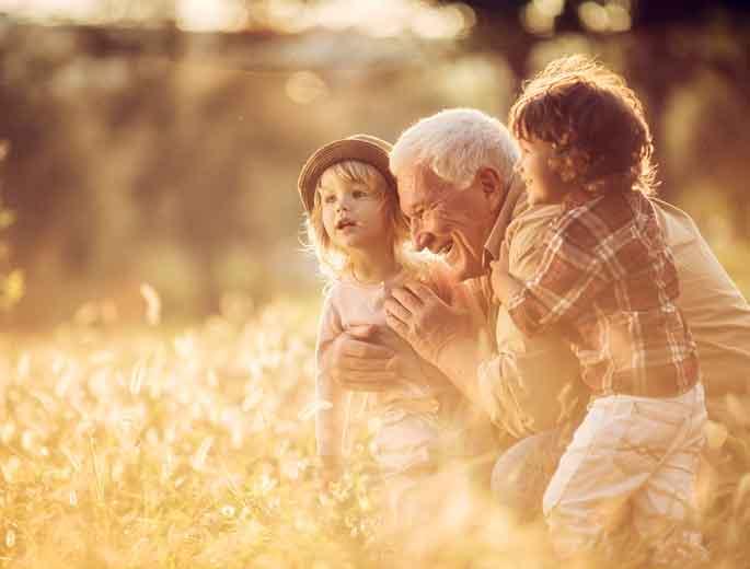 Enkel Aktivitäten Opa mit Enkeln auf einer Wiese