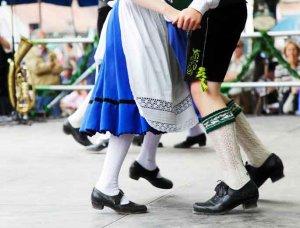 Oktoberfest Tanzendes Paar in Tracht