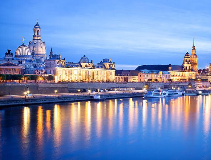 Dresden bei Nacht an der Elbe
