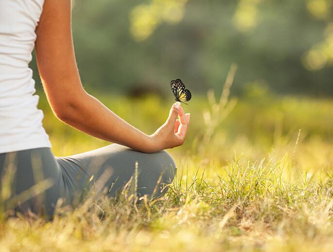 Entspannen meditierende Frau auf Wiese