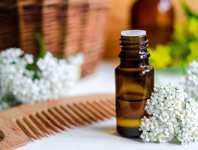 Haaröle Flasche mit Kamm und Blumen