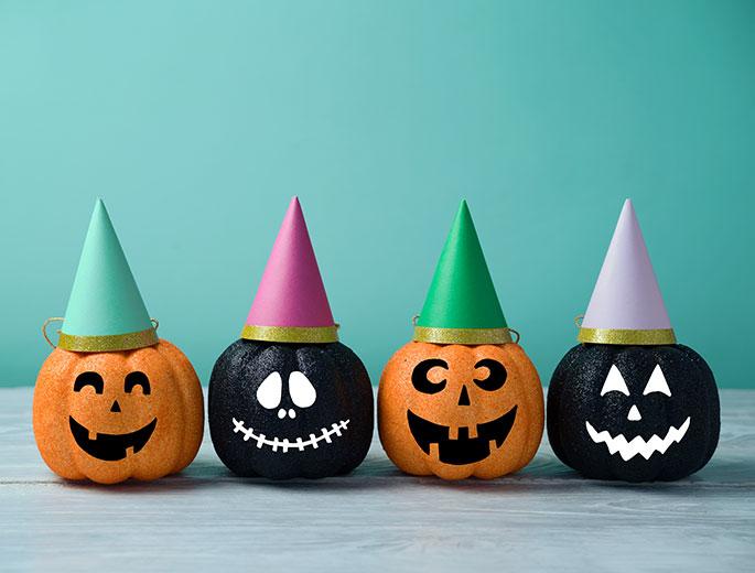 Halloween-Deko bemalte Kürbisse mit Hüten