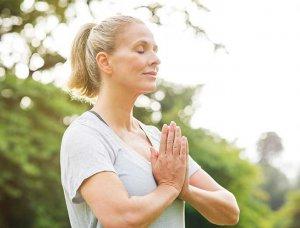 Frau die meditiert