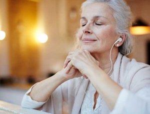 Entspannen Frau hört Musik