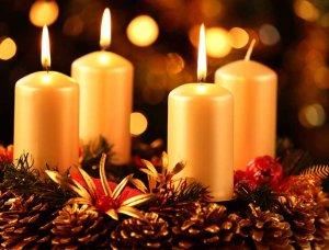 Adventskranz mit goldenen Kerzen
