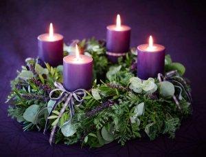 Adventskranz mit lila Kerzen