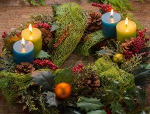 Adventskranz mit natürlichen Materialien
