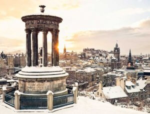 Christmas-Shopping verschneites Edinburg