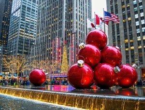 Christmas-Shopping große Weihnachtskugeln New York