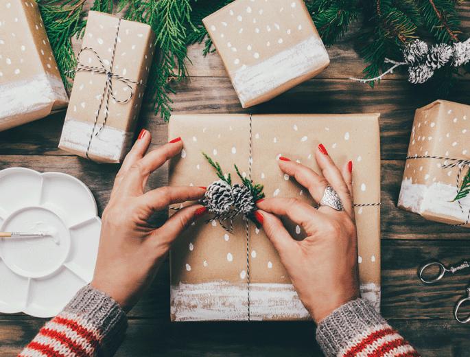 Geschenkverpackungen Frau packt Geschenke ein