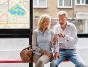 Paar an Bushaltestelle