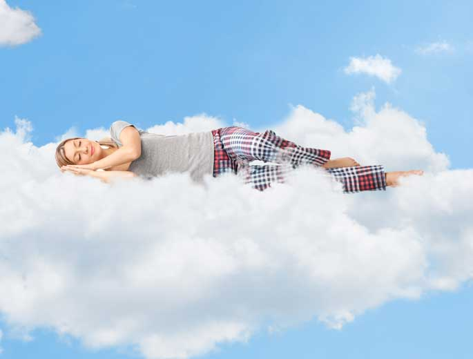 Schlafposition Frau schläft auf einer Wolke