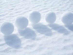 Schnee-Aktivitäten Schneeballweitwurf Schneebälle