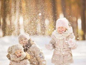 Schnee-Aktivitäten Schneeballschlacht