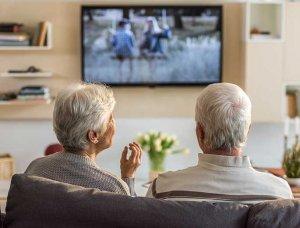 Älteres Paar vor dem Fernseher