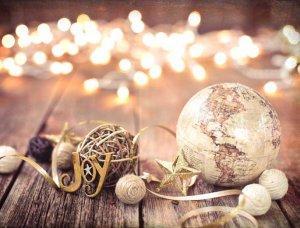 Weihnachtsdeko-Ideen Kugeln und Dekoband
