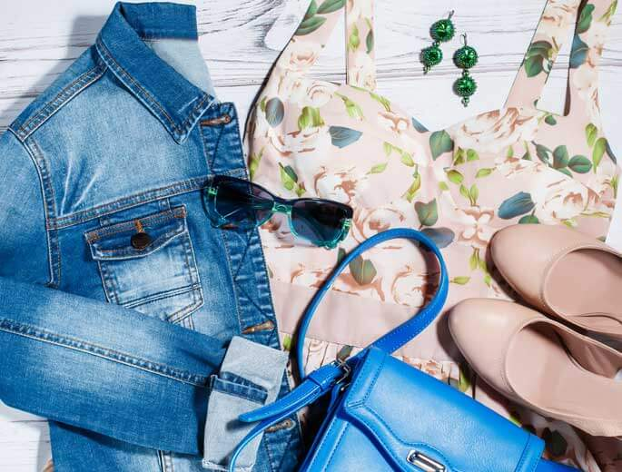 Frühlingstrends 2018 Jeansjacke, Kleid und Accessoires