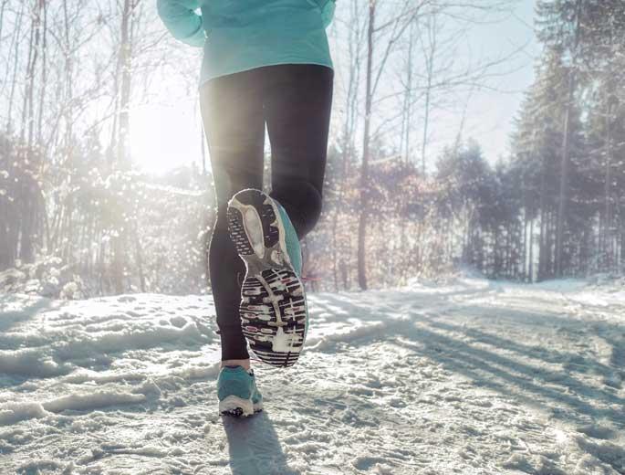 Sport im Winter Jogger im Schnee