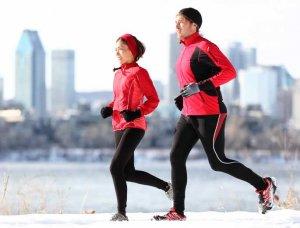 Sport im Winter Jogger in Sportkleidung
