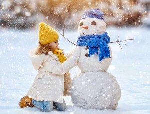 Schneemann mit Mädchen