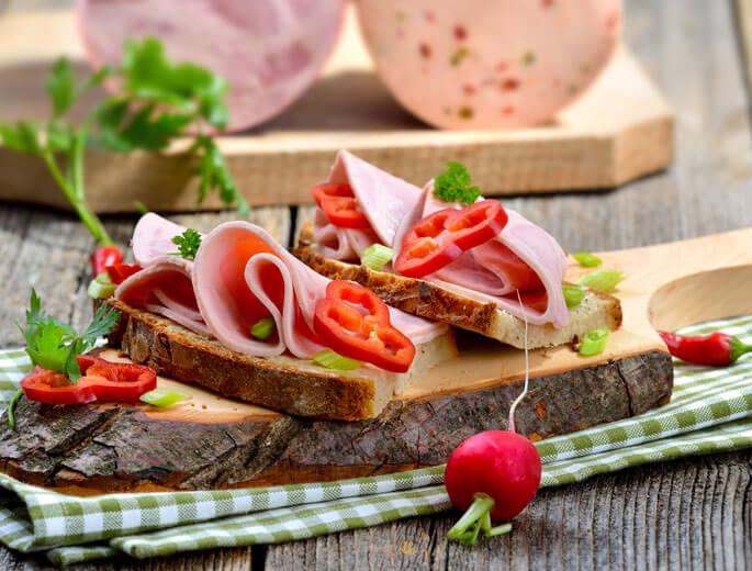 Brot mit Paprika und Wurst