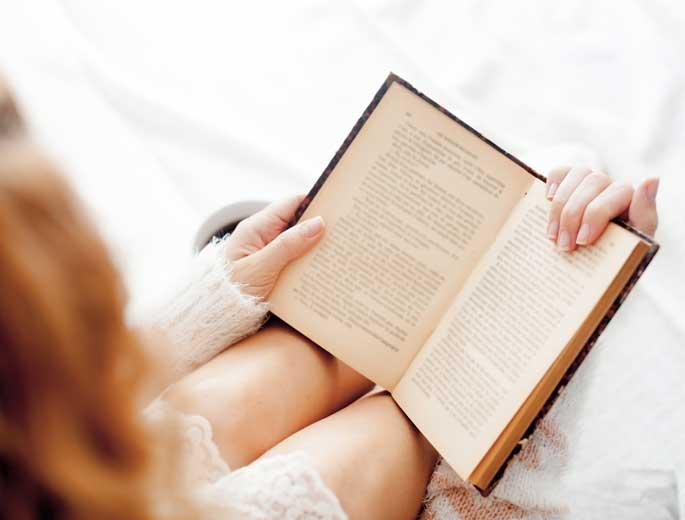 Selbstliebe Buchverlosung Frau liest Buch im Bett
