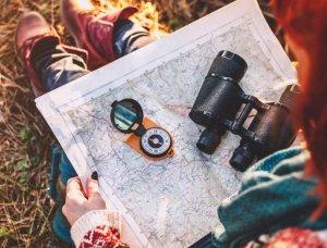 Frau mit Karte und Kompass
