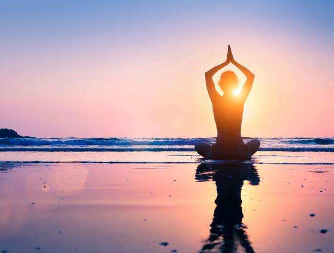 Meditation Frau am Strand
