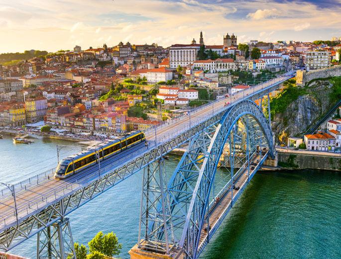 Stadtbild mit Brücke