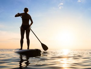 Frau bein Stand Up Paddling
