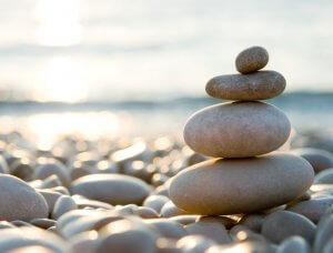 Meditation Balancierende Steine am Strand