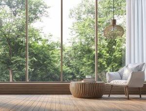 Meditation ruhiger Raum mit grünem Ausblick