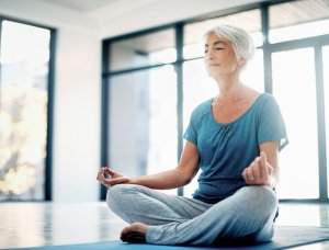 Meditation Meditierende Frau in hellem Zimmer