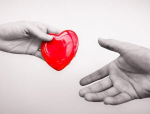 Rotes Herz in Händen