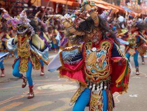 Verkleidete Personen auf Parade im Karneval in Oruro, Bolivien.