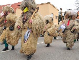 Straßenparade, Männer in traditionellen Kurent-Kostümen im Karneval von Ptuj, Slowenien.