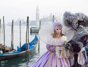 Paar verkleidet in traditionellen venezianischen Kostümen im Karneval.