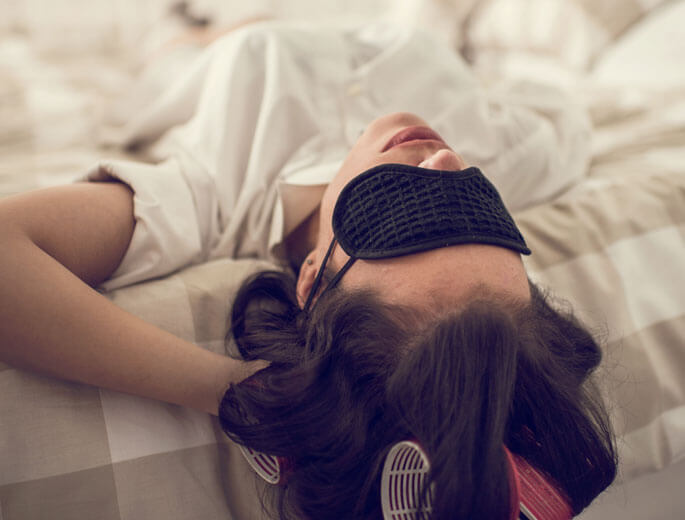 Frau mit Schlafmaske