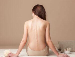 Frau von hinten, nackter Rücken