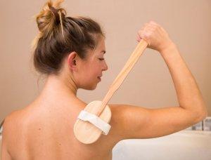 Frau Trockenbürsten Rücken