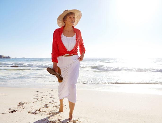 Frau am Strand im Kleid
