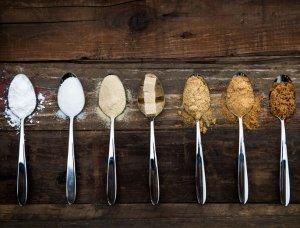 Zucker Vielfalt auf Löffeln