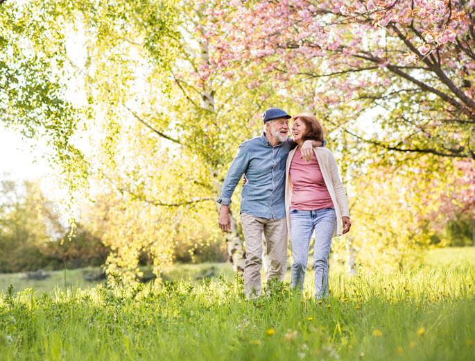Pärchen spaziert im Park und genießt Rente