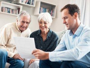 Paar im Gespräch mit Berater für Ruhestandsplanung