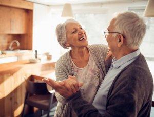 älteres Paar tanzt in der Küche