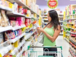 Frau Supermarkt Etikett lesen